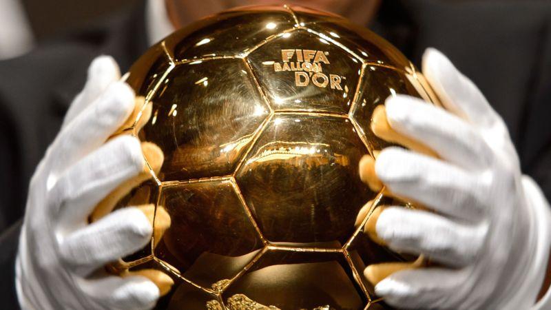 De gouden bal voor beste voetballer van het jaar volgens de FIFA ...: nos.nl/artikel/2006690-neuer-messi-en-ronaldo-genomineerd-voor...