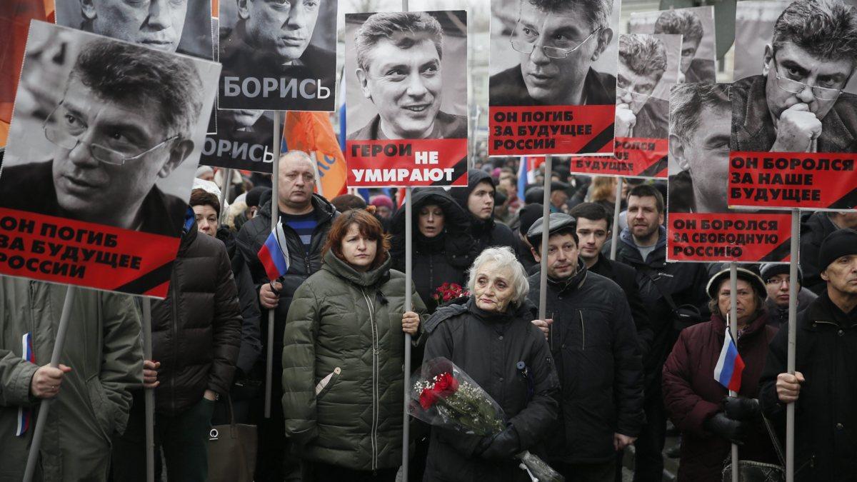 Herdenking Nemtsov brengt tienduizenden Russen op de been
