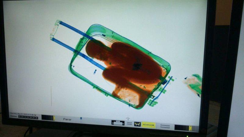 Spaanse douane vindt levende jongen in koffer | NOS