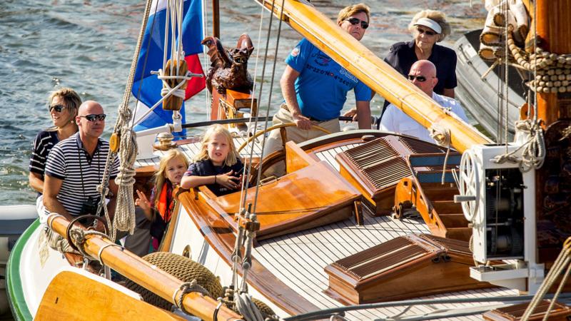 Koninklijke familie brengt verrassingsbezoek aan sail nos for De koning interieur