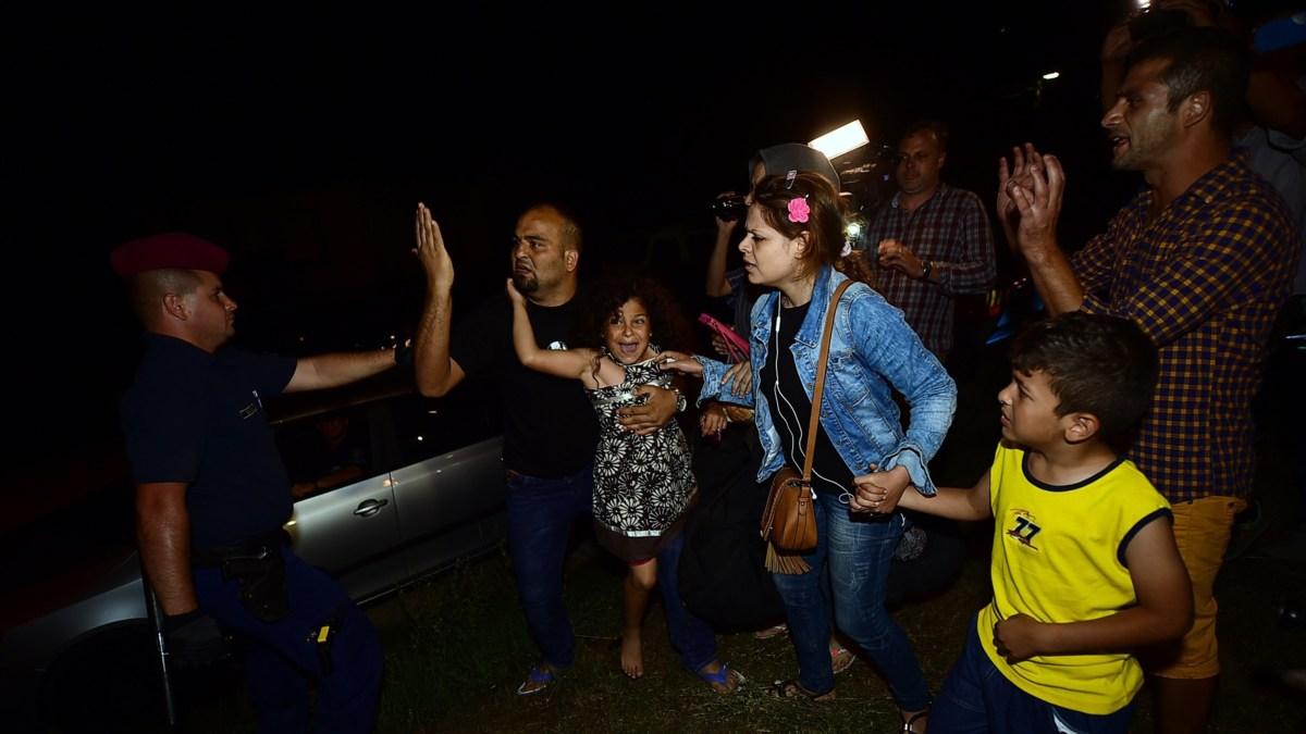 Honderden vluchtelingen nog steeds in Hongaarse treinen