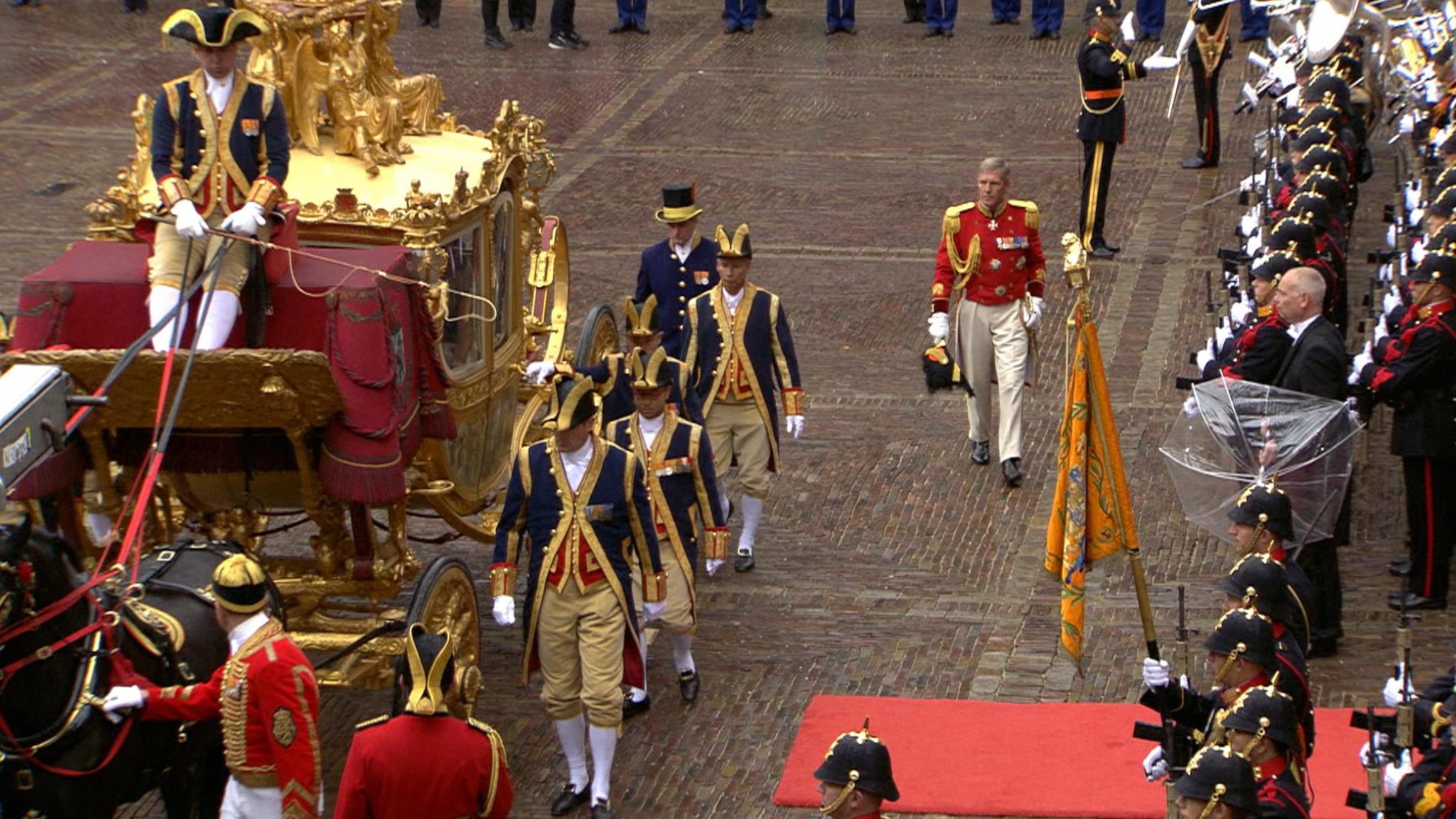 Aankomst koning en koningin bij Ridderzaal   NOS