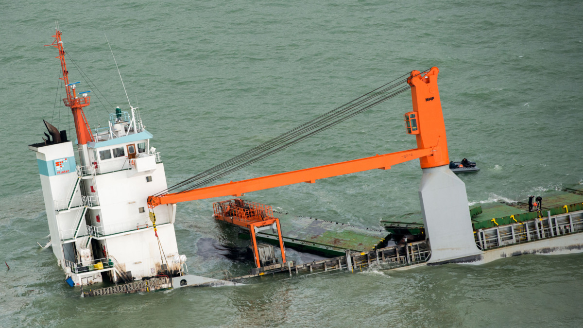 Vrachtschip Flinterstar lekt weer olie