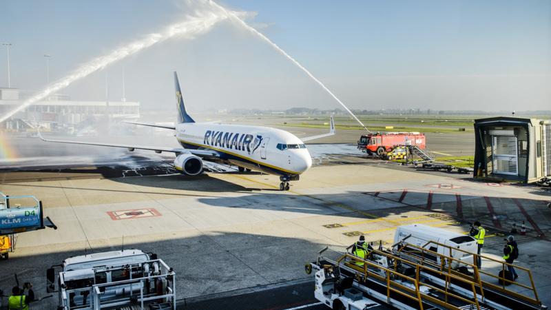 Ryanair vliegt vanaf vandaag ook vanaf Schiphol   NOS