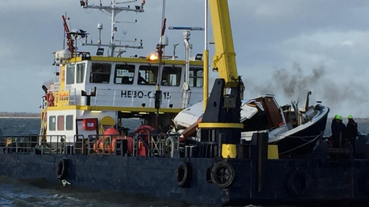 Gezonken jacht IJsselmeer geborgen, opvarenden nog zoek