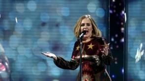 Adele sommeert fan: stop met filmen, ik sta hier in het echt