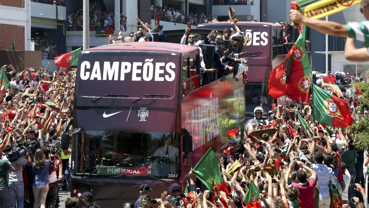 Duizenden fans onthalen Europees kampioen Portugal