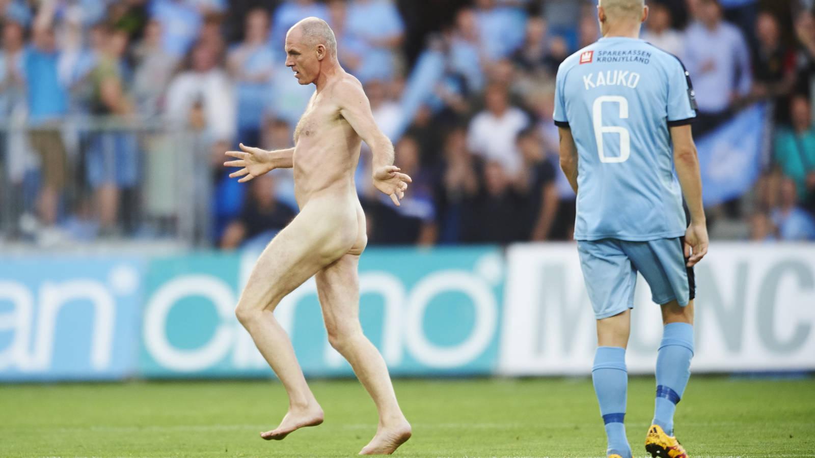 Oud Feyenoorder En Ek Held Rent Naakt Over Het Veld Nos
