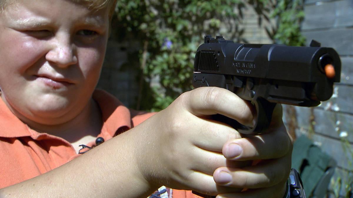 Hector (11) won zijn 'echte' nepwapens gewoon op de kermis