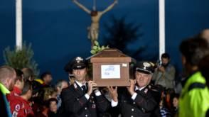 Bekijk details van Staatsbegrafenis na beving Italië op laatste moment toch in Amatrice