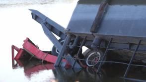 Tractor kiepert van ponton: bestuurder verdronken