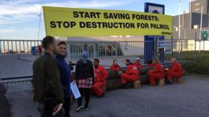 Greenpeace blokkeert olie met boomstammen en kano's