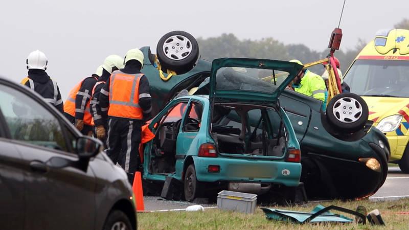 Vijf gewonden bij frontale botsing in Friesland.