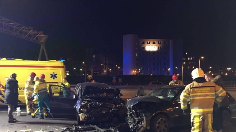 Vijf gewonden bij frontale botsing op A2 in Maastricht.