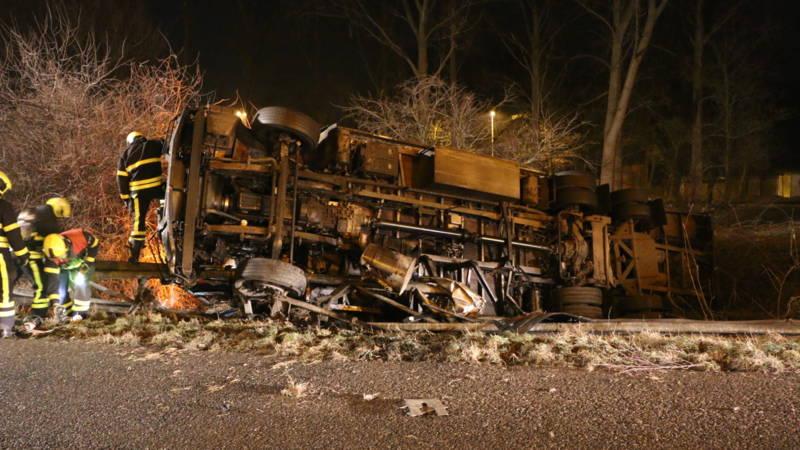 Verkeershinder op de A13 na dodelijk vrachtwagenongeluk.