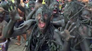 Bekijk details van Braziliaans carnaval zonder boa, maar met modder. Heel veel modder.