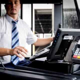 Cash een kaartje kopen in de bus? Niet meer in Amsterdam