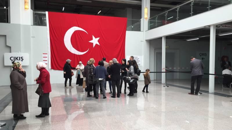 Drukte bij de stembus voor turks referendum den haag nos for Turkse reisbureau den haag