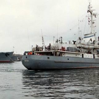 Russisch marineschip en vrachtschip botsen, opvarenden gered