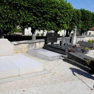Bekijk details van Graf De Gaulle geschonden door vandaal