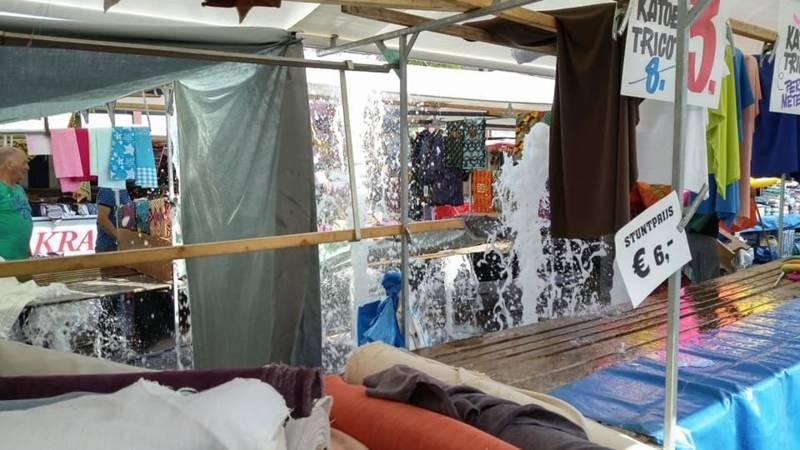 Fonteinen doorweken stoffenmarkt Dordrecht