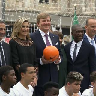 Na de paus heeft het koninklijk paar tijd voor potje voetbal