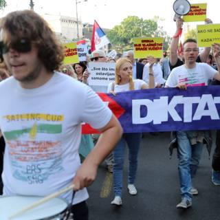 Bekijk details van Feest en protest voor omstreden nieuwe president van Servië