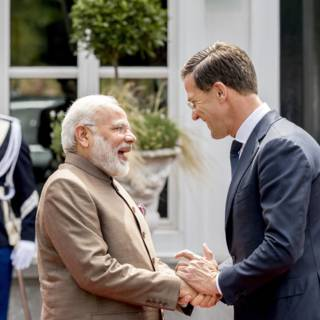 Cadeautje: Rutte geeft lichtblauwe fiets aan premier Modi