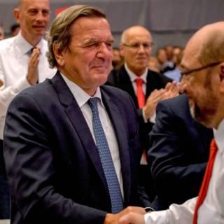 Merkel haalt uit naar voorganger Gerhard Schröder