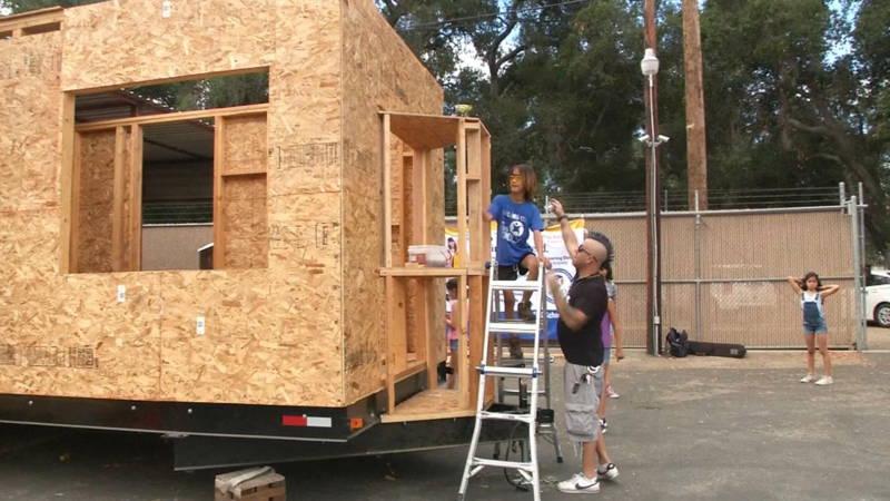 Kinderen bouwen kleine huizen voor daklozen nos for Kleine huizen bouwen