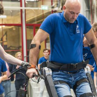 Video van exoskelet: studenten laten man met dwarslaesie weer lopen