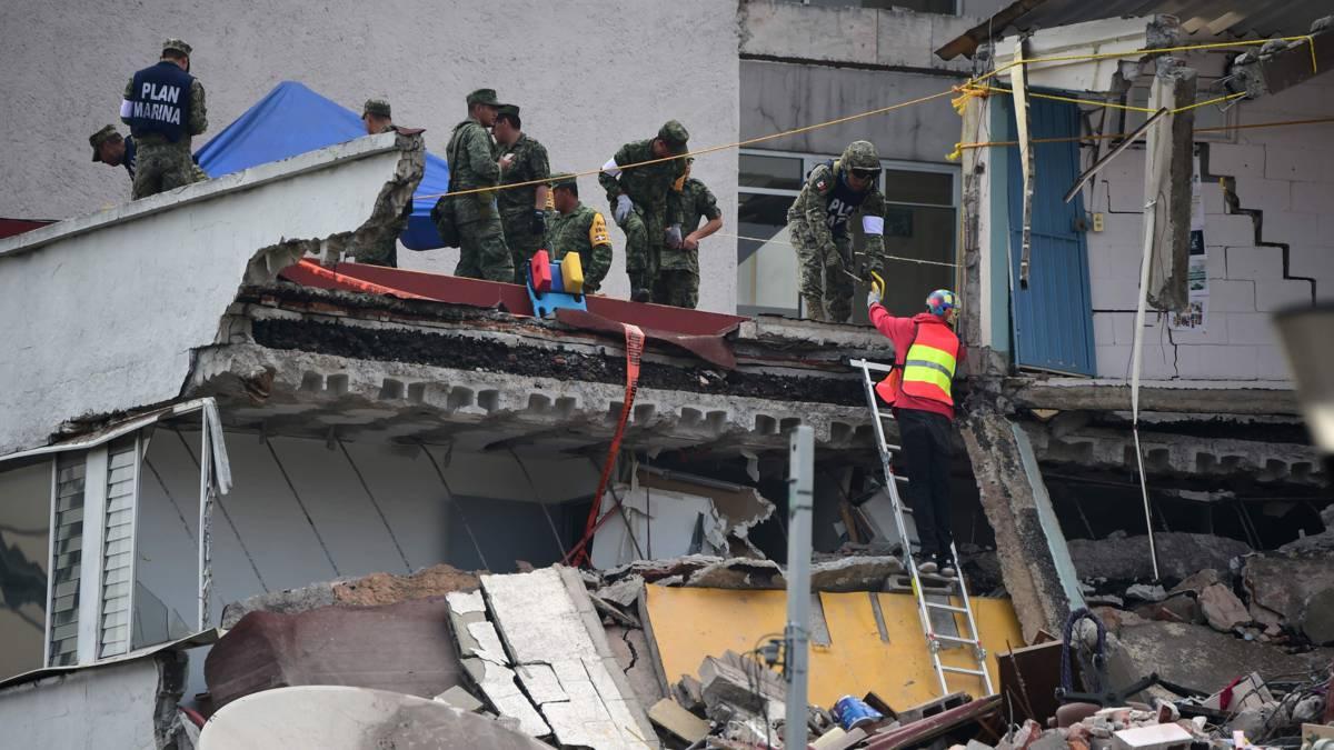 Nog steeds mensen levend onder het puin in Mexico