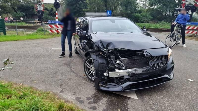 Trein ramt examenauto die afslaat op overweg: instructeur in shock