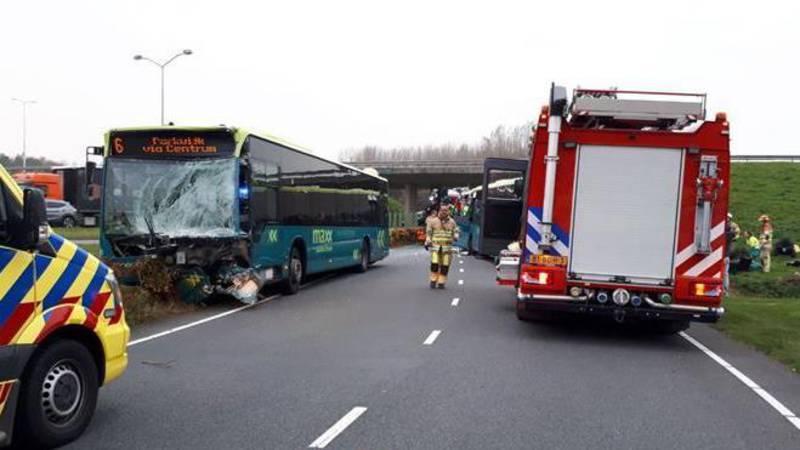 Vier gewonden bij frontale botsing bussen in Almere.