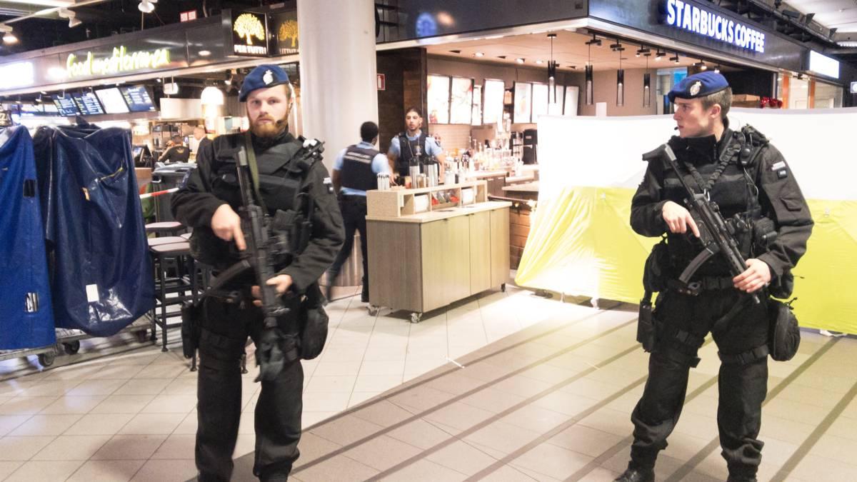 Man met mes op Schiphol neergeschoten, Schiphol Plaza korte tijd ontruimd