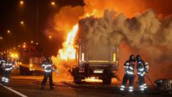 Vrachtwagen in brand na botsing met pijlwagen.