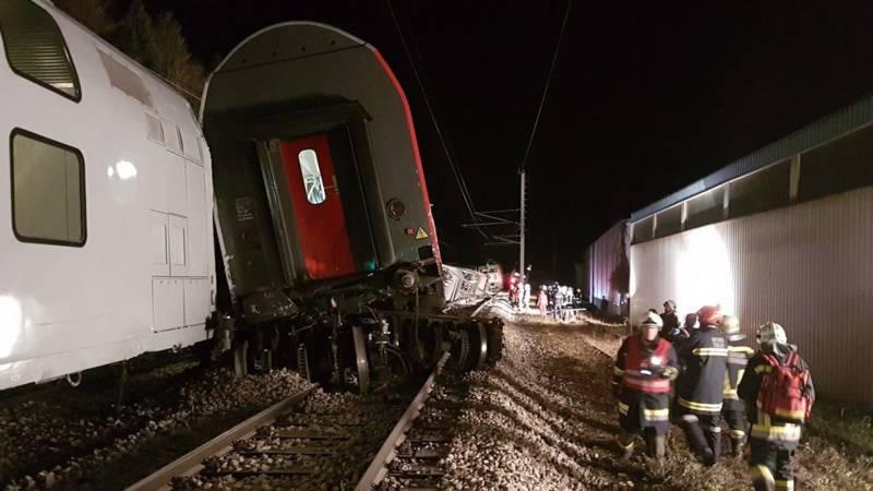 Passagiers bevrijd uit wagons na treinbotsing Oostenrijk.