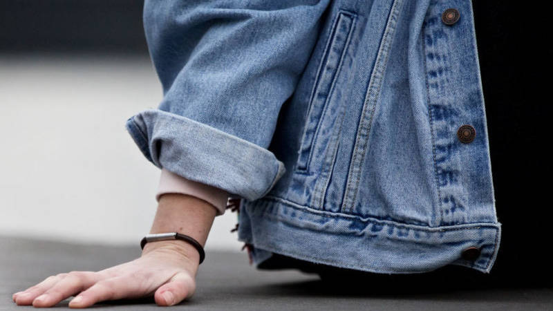 Stinkbandje moet aanvallers afschrikken: Van stank gaan mensen walgen