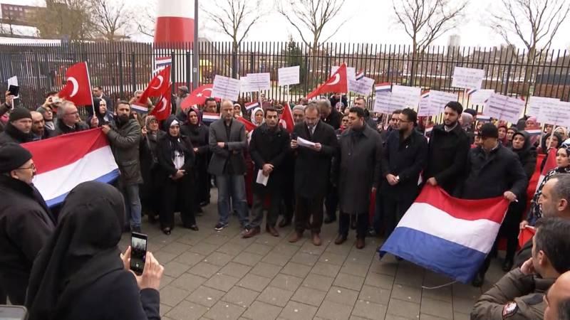 Koerden en erdogan aanhangers de straat op in den haag en for Turkse reisbureau den haag
