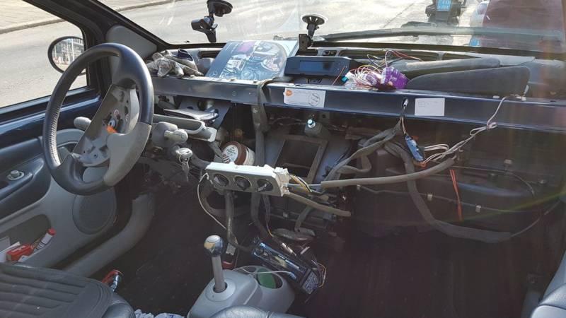 Doe-het-zelver met auto zonder dashboard van de weg gehaald