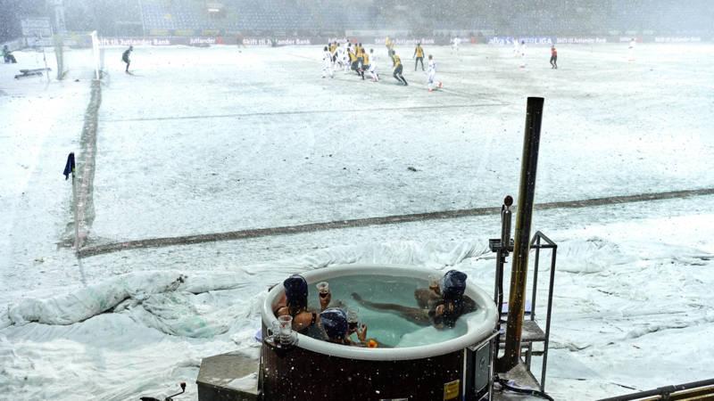 Sneeuw en vrieskou? Deze dames kijken voetbal in bikini