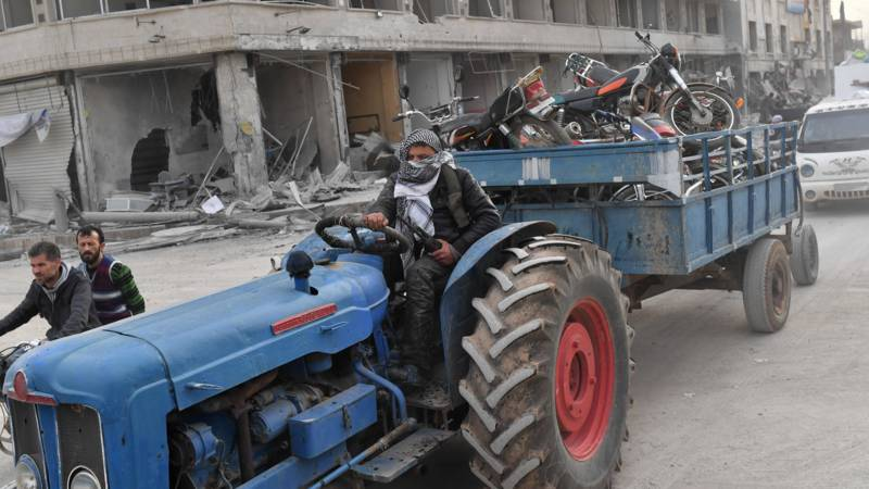 A 'Free Syrian Army' paramilitarist brings away loot in Afrin