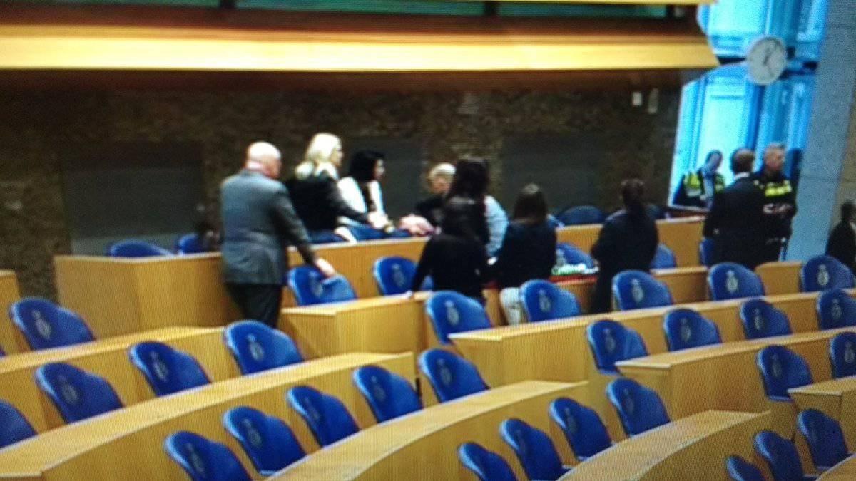 Man valt van publieke tribune Tweede Kamer