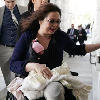 Senator schrijft geschiedenis met pasgeboren baby op werk