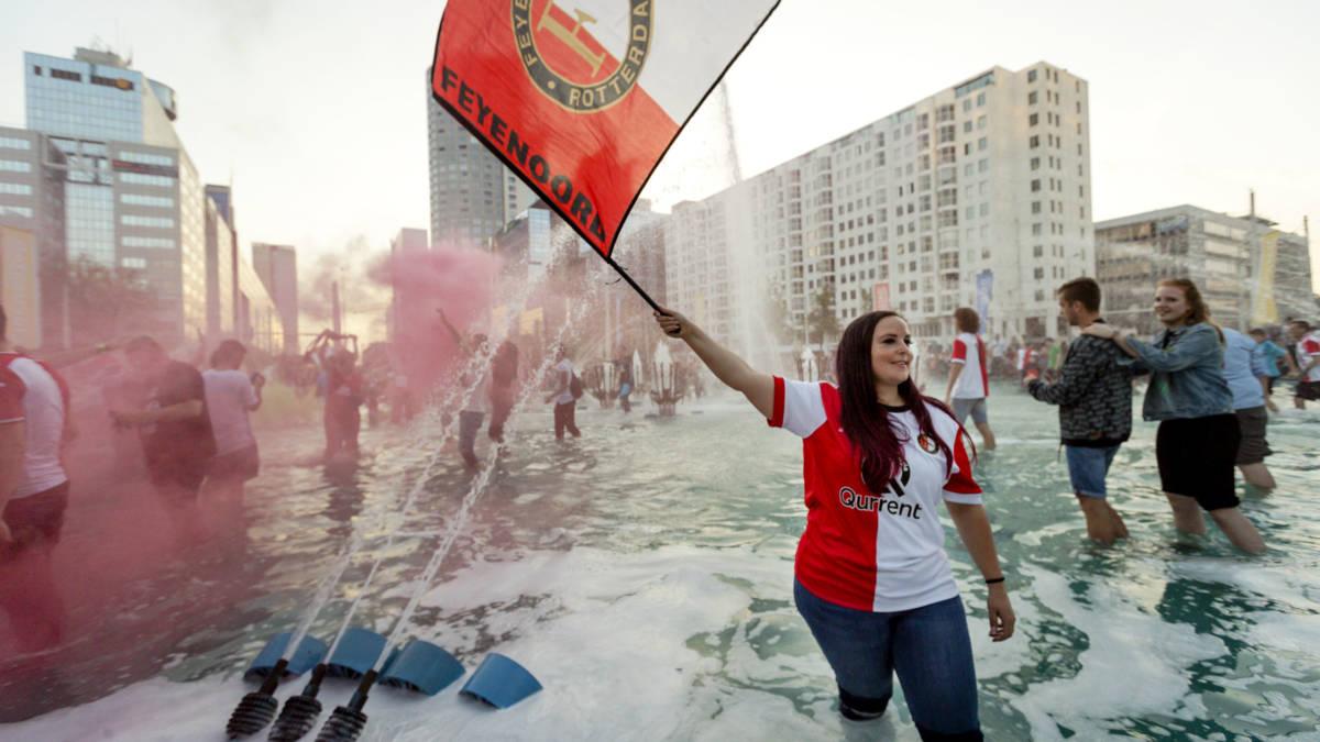 Feest in Rotterdam na bekerwinst, dertig aanhoudingen