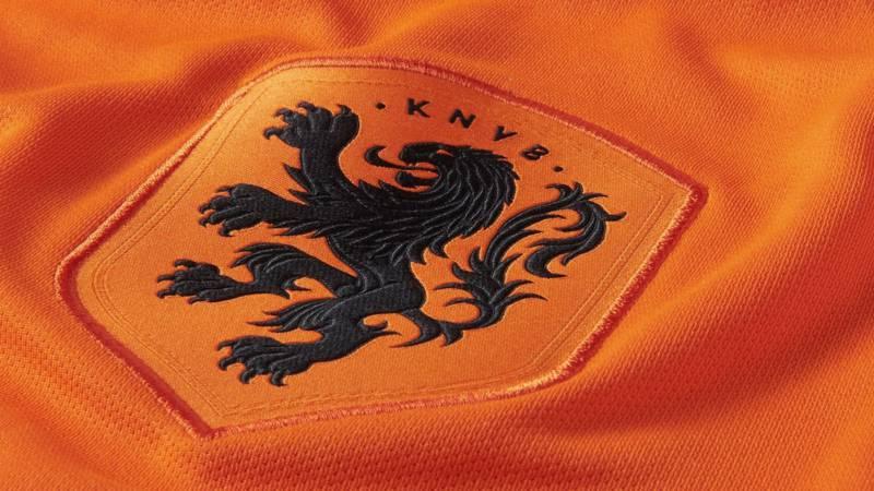 KNVB presenteert nieuw Oranje-shirt voor mannen én vrouwen ...