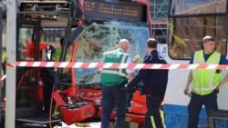 Aanrijding bus met tram in Amsterdam: veertien gewonden.