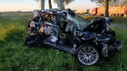 Auto verwoest door twee botsingen.
