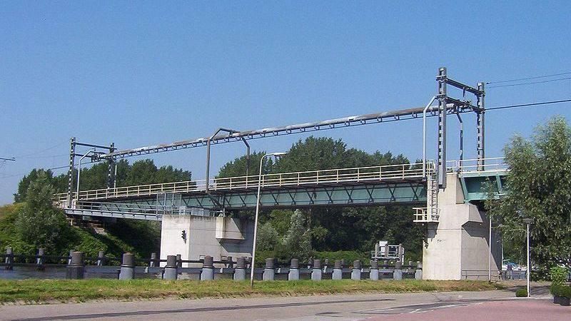 Hele dag geen treinen bij Gouda door botsing met spoorbrug.