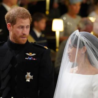 'Kisstory' en liplezers: Britse kranten blikken terug op royal wedding